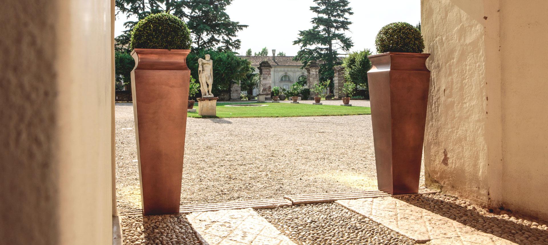 Villa con vasi decorativi